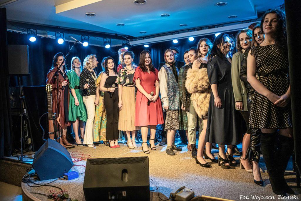 Grupa kobiet na scenie