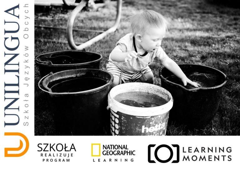 zdjęcie przedstawiające grafikę zajęc języka angielskiego dla matek z dziećmi, na której znajduje się małe dziecko bawiące się wodą