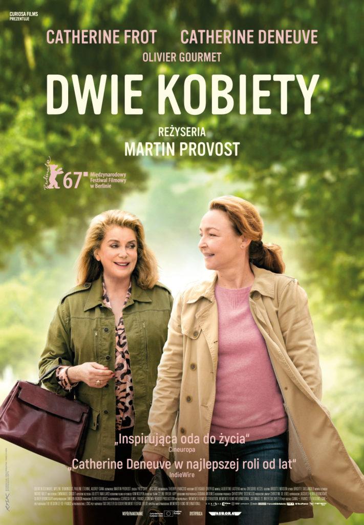 Zdjęcie przedstawia dwie kobiety idące wśród drzew